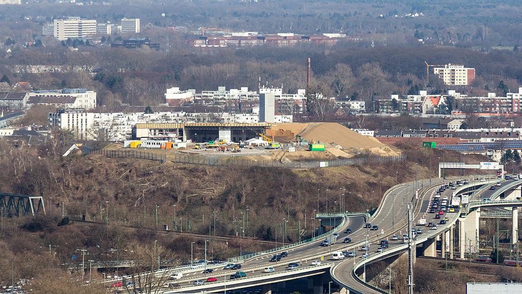 1024px-Kalkberg,_Rettungshubschrauberstation_im_Bau,_Stadtautobahn_B55a,_Köln-6008